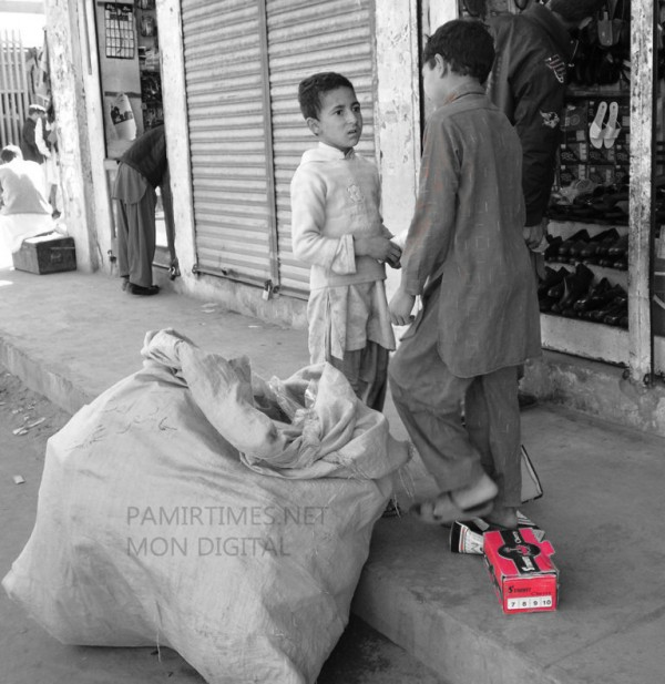 The exact number of children earning their livelihood in the streets of GIlgit is not available because no concrete study has been conducted in this regard by any organization. Photo: Mon Digital