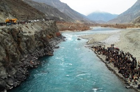 People gathered on both sides of the Ghizar river