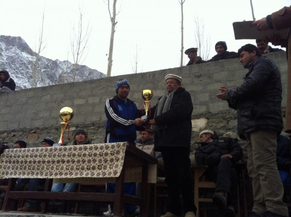 Karim Salman receiving his trophy as the Man of the Series