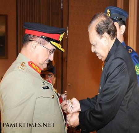 President Mamnoon Hussain conferring Hilal-e-Pakistan to Maj. Gen Salman Ali