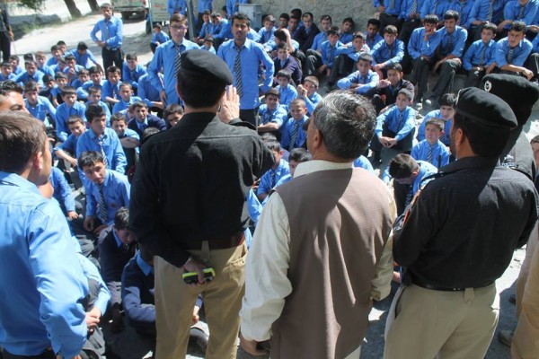 A police official is negotiating with the protesting students at Zero Point, Karaimabad. Photo: Nazimullah Baig