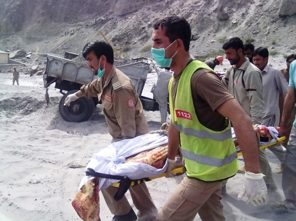 Gilgit: The dead body is being shifted to the hospital by Rescue 1122 officials