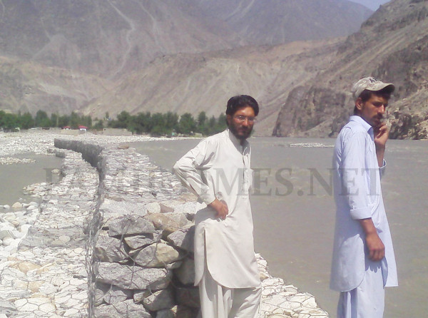 A protection wall constructed in the settlement created on the river bed has failed to save the Musa Abad Colony from being flooded. Photo: Farman Karim