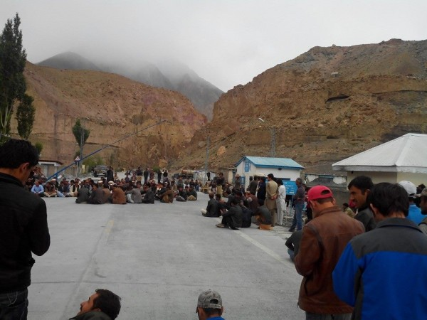 Sost: The protesters have blocked the KKH to demand opening of the road at Yazyupk area, between Ghulkin and Hussaini