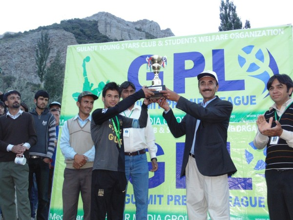 Abdul Rasheed, Chairman of GOLSON, given the runner-up trophy to captain of MBG