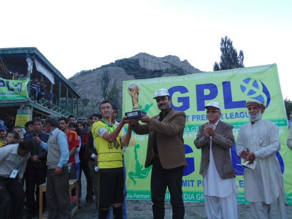 Sarfraz Ahmed, who was also the man of the tournament, receiving the winning trophy
