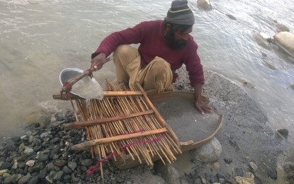 The search for gold on the banks of river Gilgit