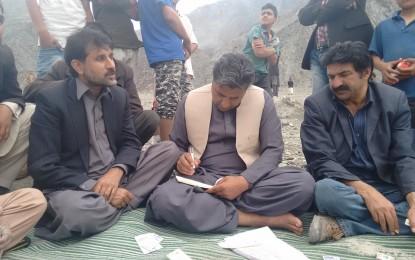 Gilgit: PPP leaders visit Jalalabad, Oshikandas, distribute 2.5 lac rupees among flood affected people