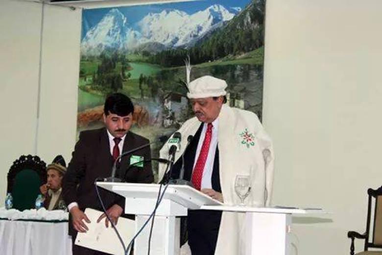 President Mamnoon Hussain wearing a traditional Shuqa