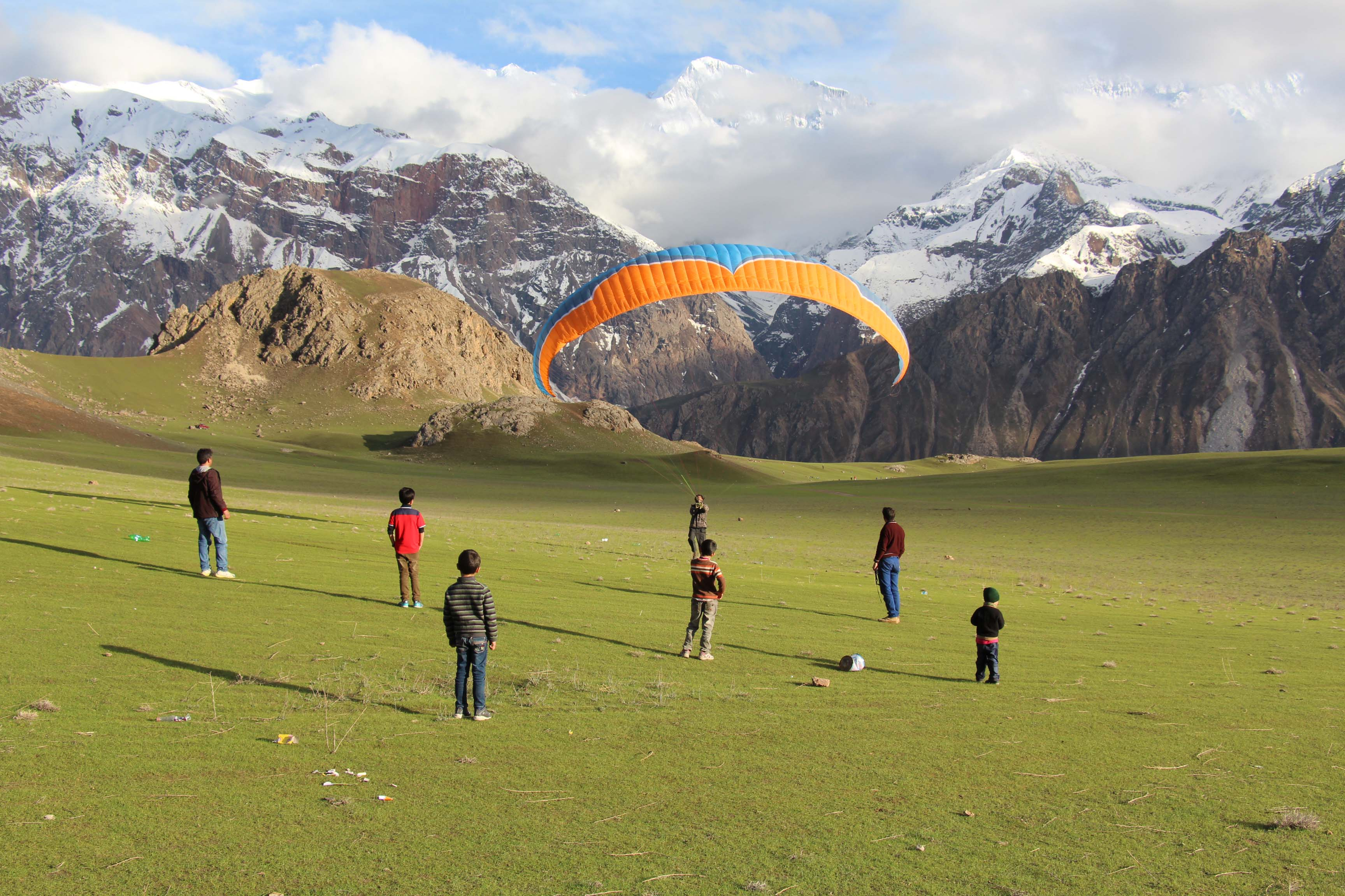 9 stunning photographs of paragliding in Qaqlash, Chitral